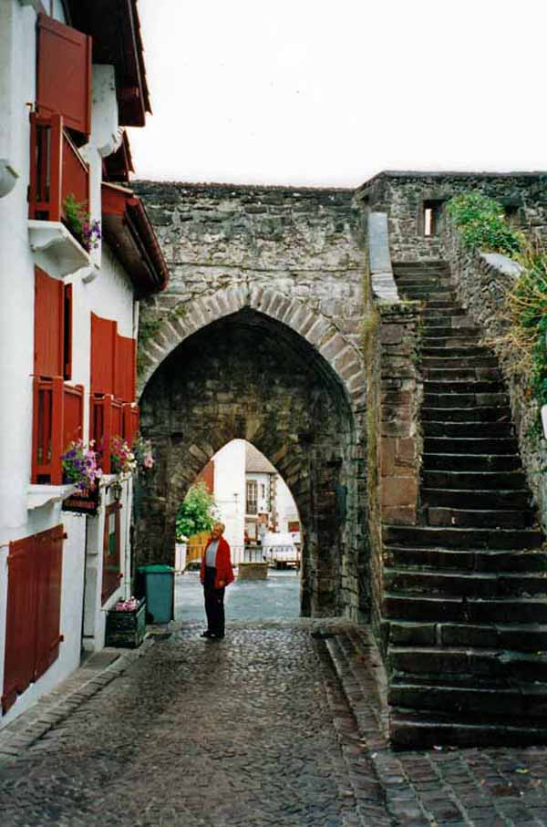 Walking in France: Basque houses and ramparts, Saint-Jean-Pied-Port