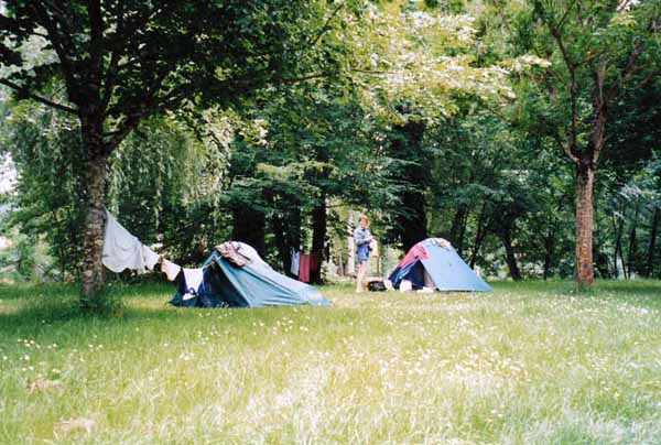 Walking in France: Camping on a bed of daisies, Bretenoux