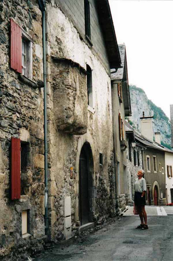 Walking in France: Admiring an ancient bread oven, Borce