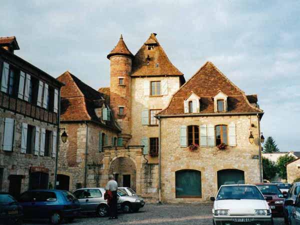 Walking in France: Main square, Bretenoux