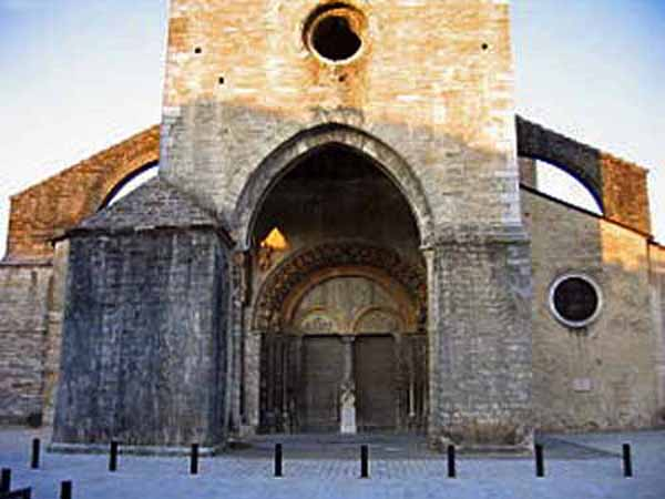 Walking in France: The entrance to the gigantic cathedral in Oloron