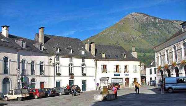 Walking in France: Main square of Bedous