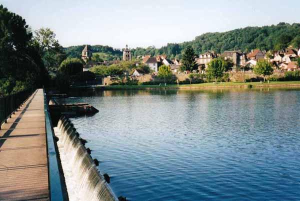 Walking in France: Footbridge across the Dordogne, Beaulieu