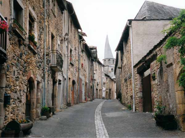 Walking in France: Entering Saint-Côme-d'Olt with its twisted spire
