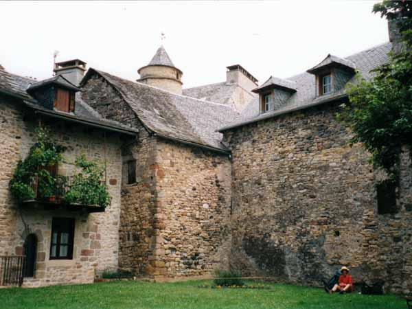 Walking in France: Lunch in a grassy square in Saint-Côme-d'Olt