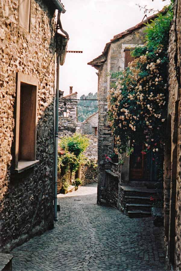 Walking in France: Back street in Olargues