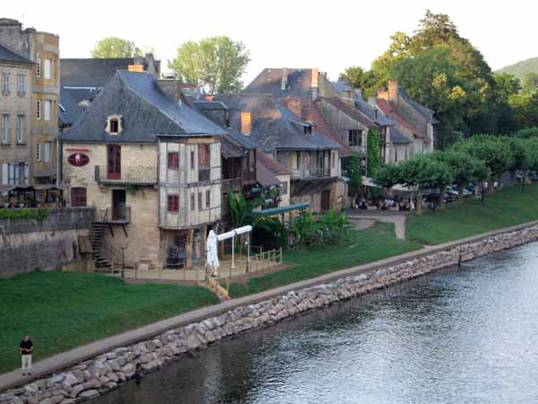 Walking in France: Some riverside restaurants in Montignac