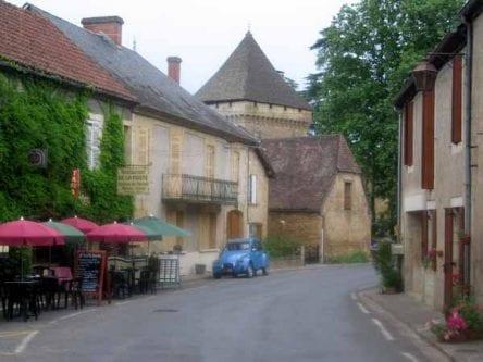 Walking in France: A beautiful 2CV in the main street of Saint-Léon-sur-Vézère