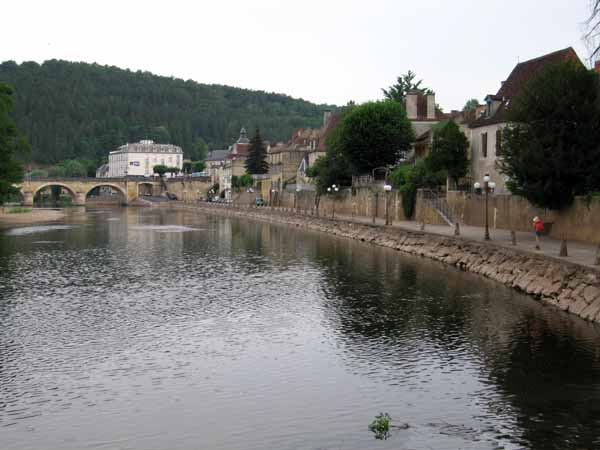 Walking in France: An early morning return to the centre of le Bugue