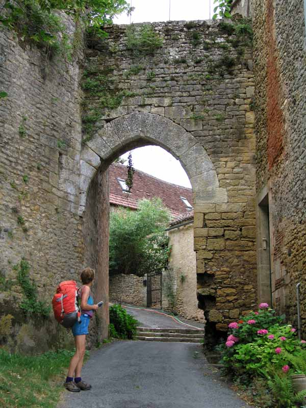 Walking in France: Leaving Limeuil the through the correct portal