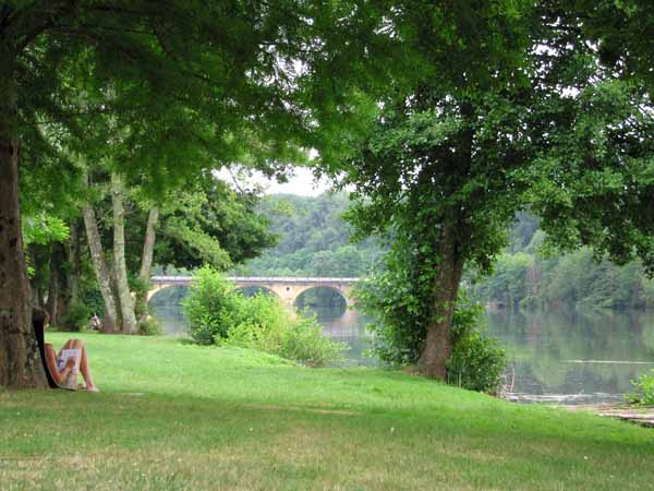 Walking in France: Writing the diary beside the Dordogne, Trémolat