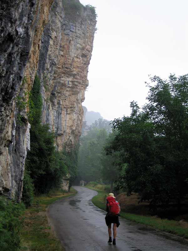 Walking in France: Jammed between a cliff and the Dordogne