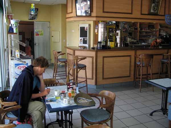 Walking in France: A leisurely coffee and some diary writing in Cenon-sur-Vienne