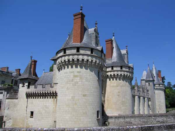 Walking in France: The imposing chateau of Dissay