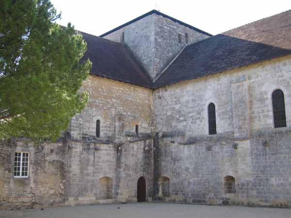 Walking in France: The beautiful, half-ruined Cistercian abbey in Fontaine-le-Comte