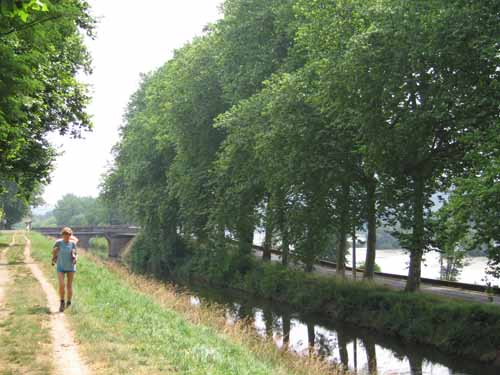 Walking in France: On the towpath of the lateral canal of the Dordogne