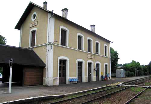 Walking in France: Waiting for the train at Lalinde railway station