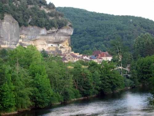 Walking in France: Les Eyzies squeezed between the overhanging cliffs and the Vézère river