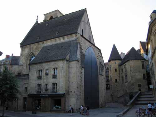 Walking in France: The huge doors in the Place de la Liberté