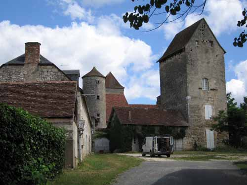 Walking in France: Farmhouse on the outskirts of Saint-Sozy