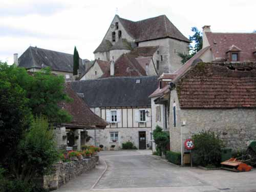 Walking in France: Creysse and its doubled-apsed church