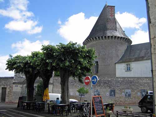 Walking in France: Coffee at Pontlevoy with le Musée de la Rue in the background