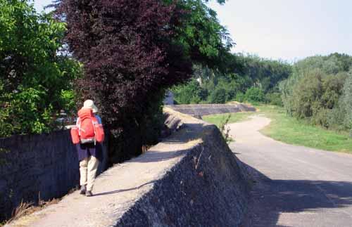 Walking in France: Leaving Amboise on the flood levée