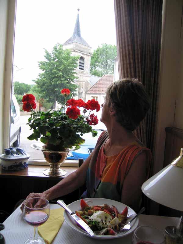 Walking in France: A wonderful lunch in Saint-Moré