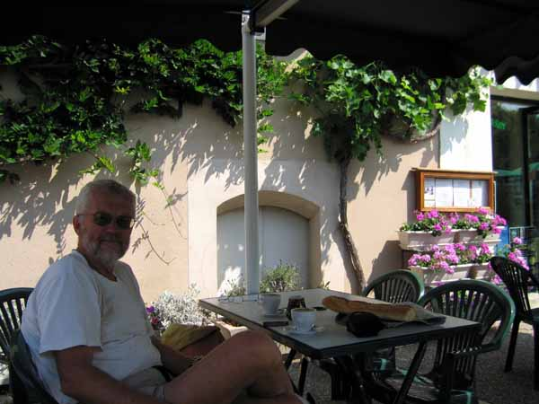 Walking in France: Another coffee, this time at Champs-sur-Yonne
