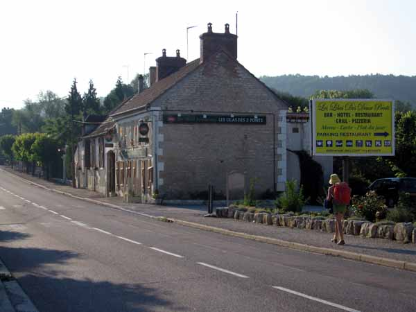 Walking in France: Revisiting the splendid Les Lilas des 2 Ponts bar in Cravant