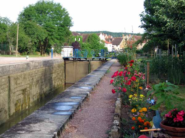 Walking in France: The garden at the lock-keepers cottage, Villiers-sur-Yonne