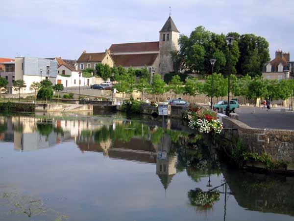 Walking in France: The pretty little harbour of Cosne-sur-Loire
