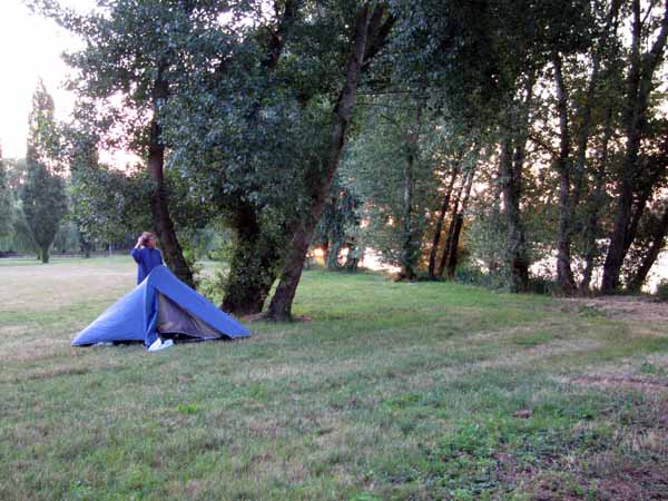 Walking in France: An early start by the Loire in the deserted camping ground of Saint-Ay