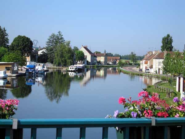 Walking in France: Boat harbour on the Canal du Centre, Saint-Léger-sur-Dheune