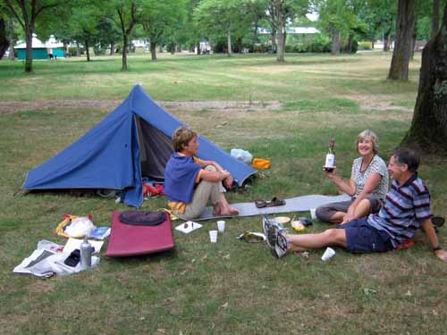 Walking in France: Meeting our Kiwi cycling friends from last year, Cosne camping ground