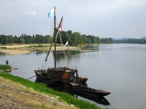 Walking in France: Traditional flat-bottomed boat of the Loire