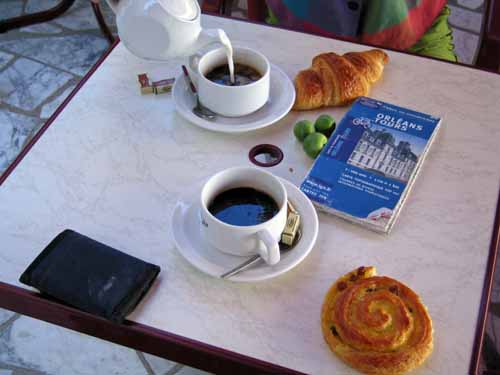 Walking in France: Second breakfast in Montlivault