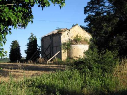 Walking in France: Ruined chapel near Collias