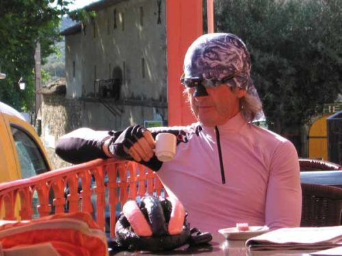 Walking in France: A very cool, colour-coordinated, French cyclist