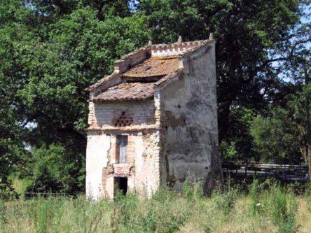 Walking in France: Strange little building near Brens