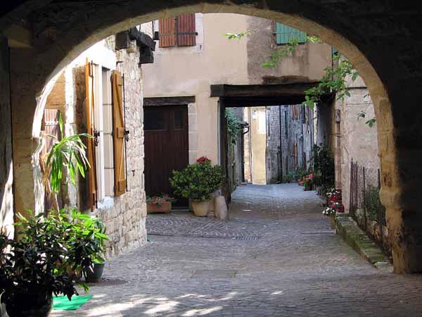 Walking in France: Quiet back street, Castelnau-de-Montmiral