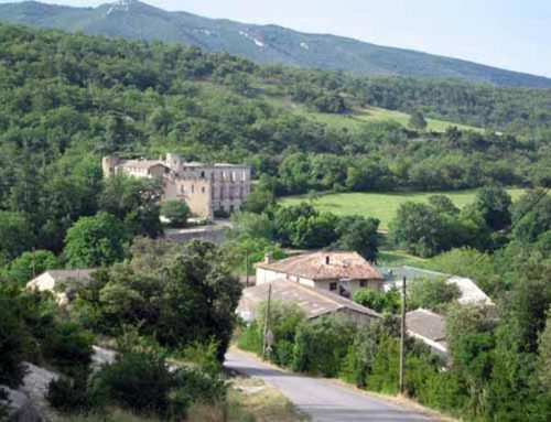 Walking in France: Entering Buoux with the château in the distance