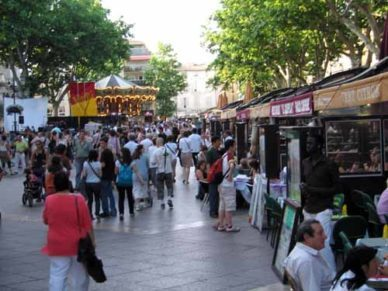 Walking in France: Place de l'Horloge, lined with cheap restaurants