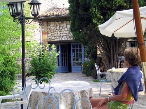 Walking in France: Waiting for breakfast at l'Esquielle