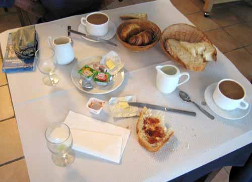 Walking in France: Breakfast at Le Luzerta