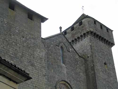 Walking in France: The fortified church of Beaumont-du-Périgord