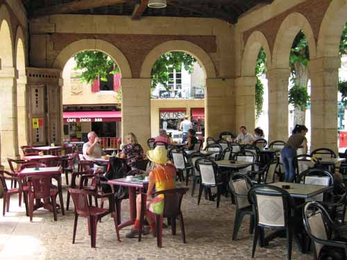 Walking in France: Coffee in the halle, Lalinde