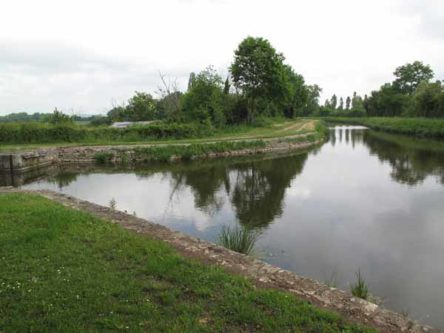 Walking in France: The branching point of the Canal de Berry at Fontblisse