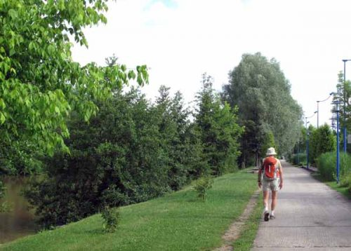 Walking in France: Leaving Périgueux on the GR beside the river Isle