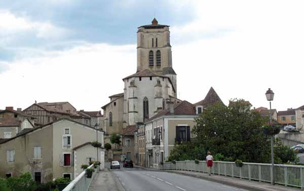 Walking in France: Crossing the Isle to return to the main part of Saint-Astier for dinner